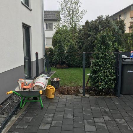 Gartenzaun Doppelstabzaun errichten am Mehrfamilienhaus